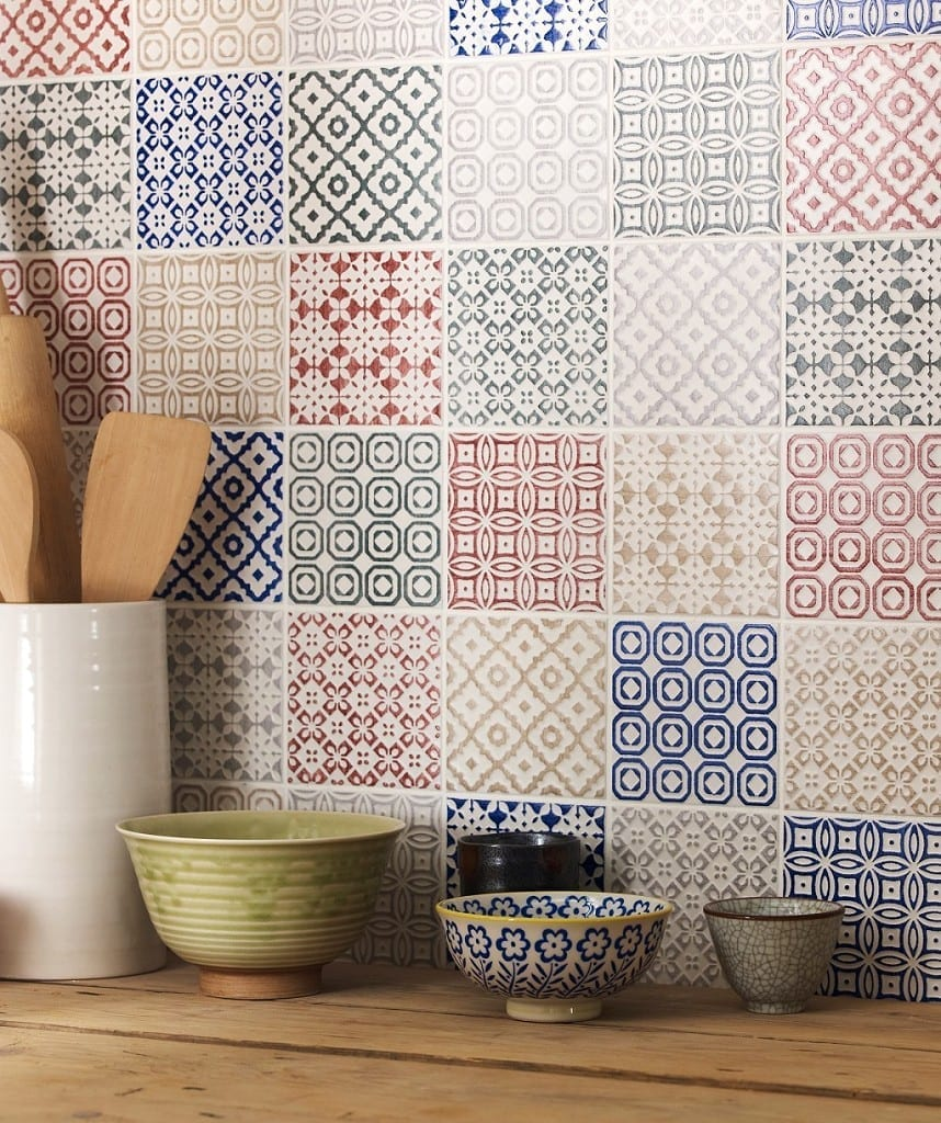 Top tips how to decorate with tiles love chic living for Carreaux de ciment mural