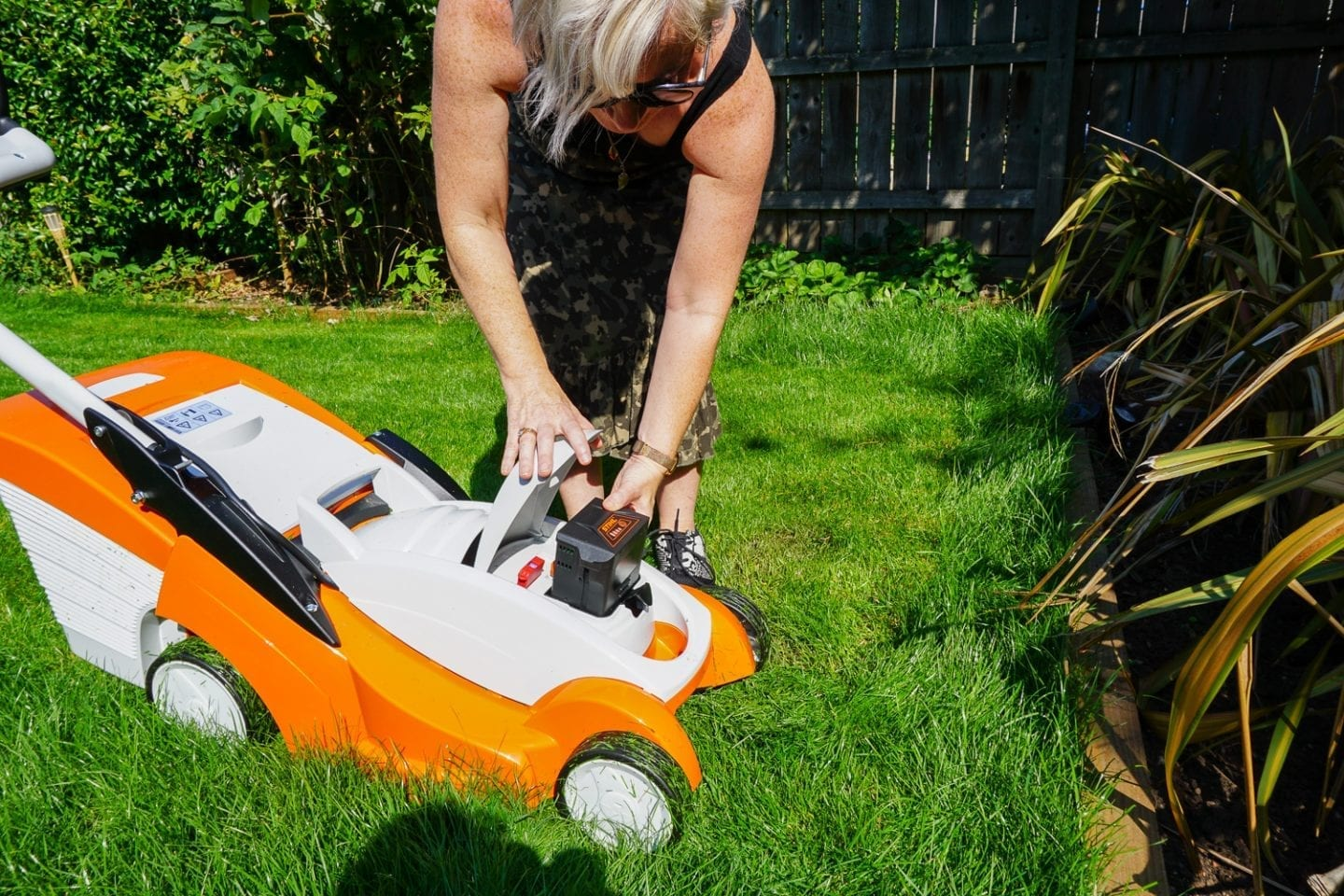 changing the batter on stihl lawn mower
